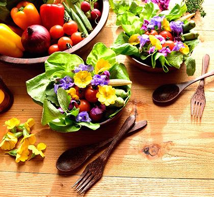 Contrariamente a quanto si pensa la dieta chetogenica non è una dieta iperproteica. Ad aumentare, per la maggioranza dei soggetti che la affrontano, è la quantità di verdura da consumare nella giornata. I fiorellini sono optional, ma ammettiamolo, colorano il piatto!