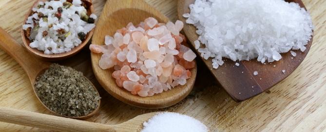Alla scoperta dei vari tipi di sale, dal sale rosa dell'Himalaya al sale blu di persia, dal fleur de sal della Camargue al Sale Nero indiano