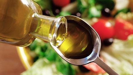 L'olio di oliva è una vera e propria miniera di sostanze bioattive, con oleuropeina e oleo in primo piano.