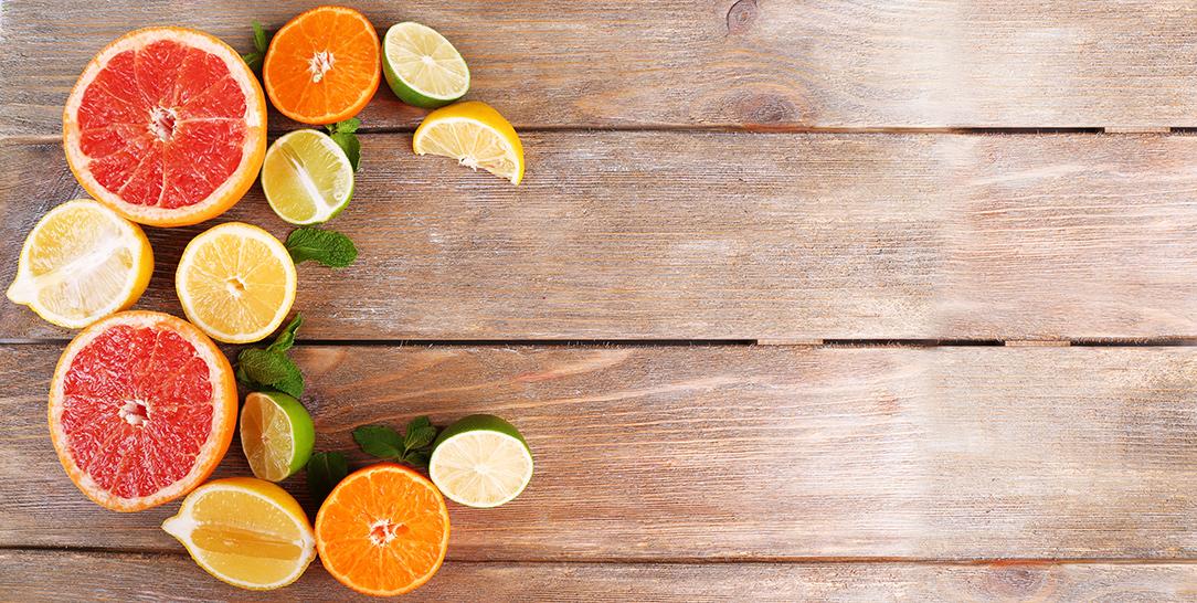 Le proprietà della vitamina C, il ruolo di antiossidante, i benefici per la salute, i problemi di un uso esagerato di integratori, le controindicazioni
