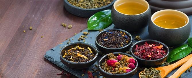 Tè verde e tè nero, le proprietà, le catechine, i benefici per la salute e le controindicazioni