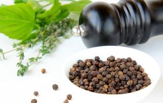 Pepe nero, pepe bianco e pepe verde, le varietà di pepe, i benefici per la salute, le controindicazioni