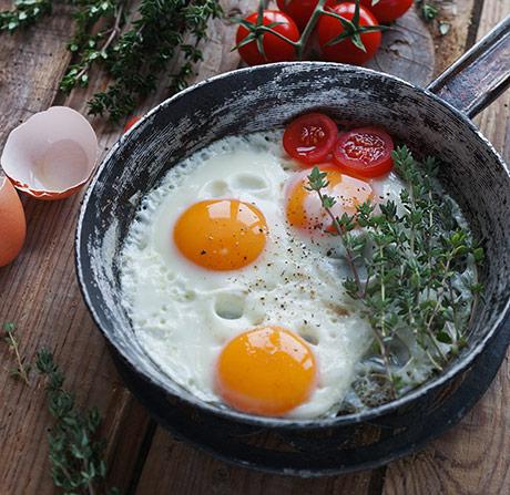 Le uova fanno male? Il colesterolo contenuto nelle uova è un problema per il cuore o il fegato? Cosa dicono gli studio scientifici.