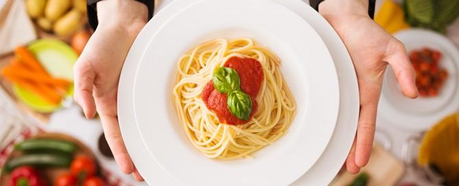 mangiare la pasta la sera: consumare carboidrati a cena fa ingrassare?