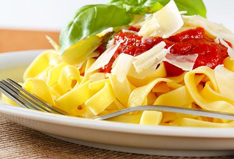 Si può mangiare la pasta la sera: consumare carboidrati a cena aiuta davvero il sonno e il riposo?