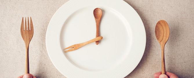 Mangia meno e vivi meglio: i benefici della restrizione calorica per la longevità, il digiuno intermittente per un invecchiamento in salute