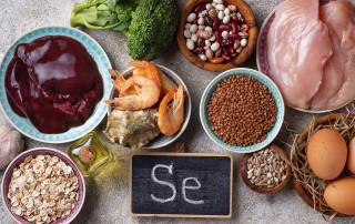 Le proprietà del selenio, i sintomi da eccesso, i problemi con la carenza, selenoproteine e salute, i cibi che lo contengono